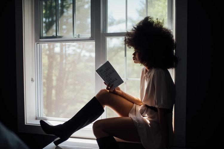 odaklanmış bir şekilde kitap okuyan bir kadın