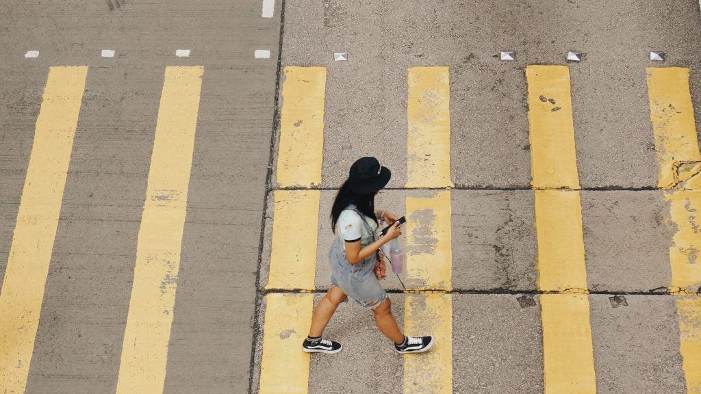 dalgınlık içinde yürüyen bir kadın