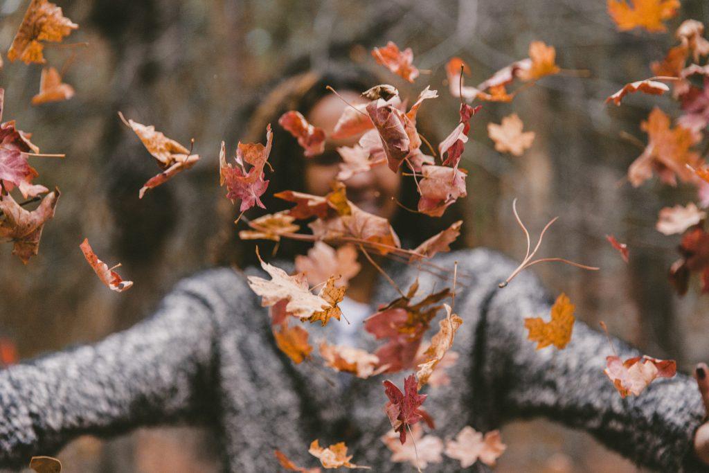 dökülen yaprakları savuran kadın