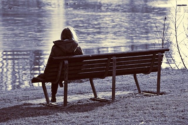bankta tek başına oturan kadın