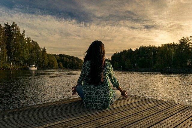 göle bakarak meditasyon yapan kadın