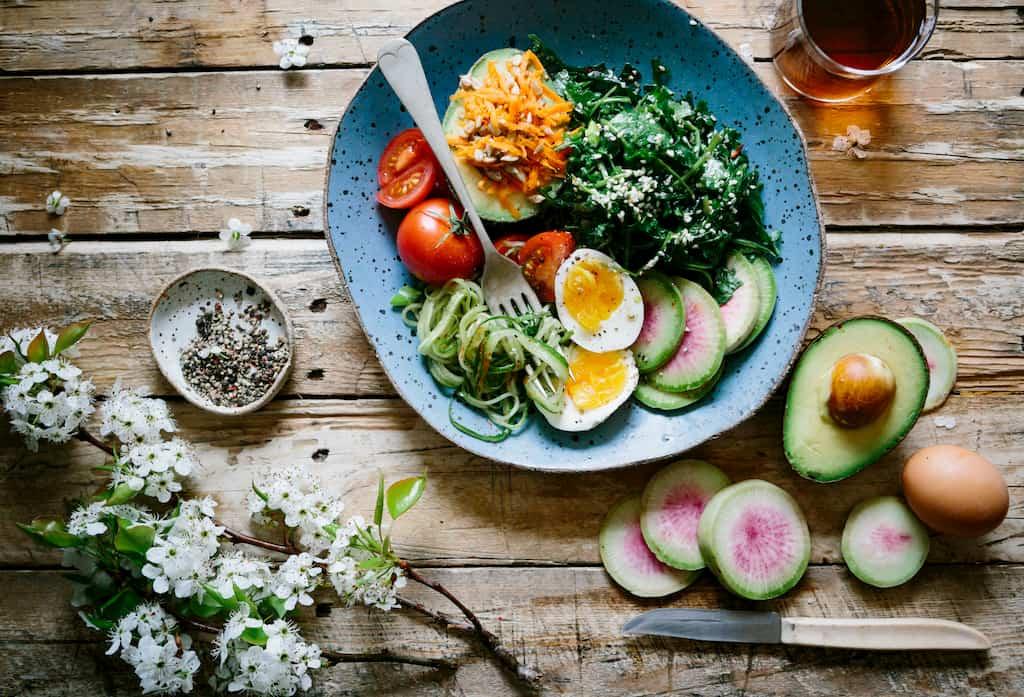 ahşap masa üzerinde sağlıklı tabak