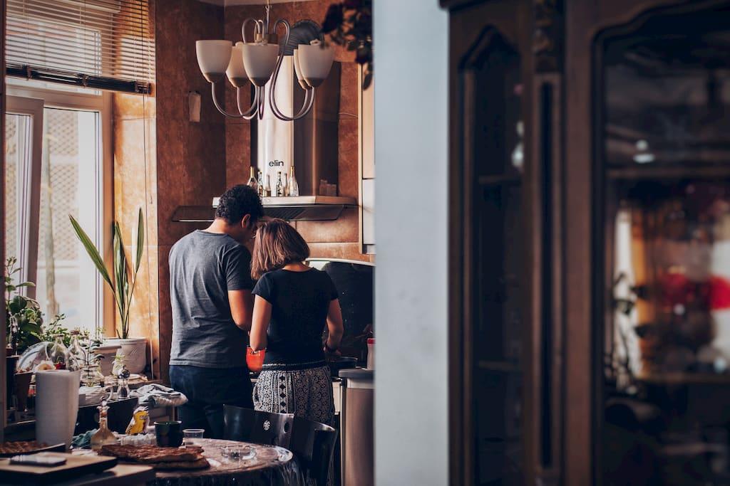 una pareja en la cocina