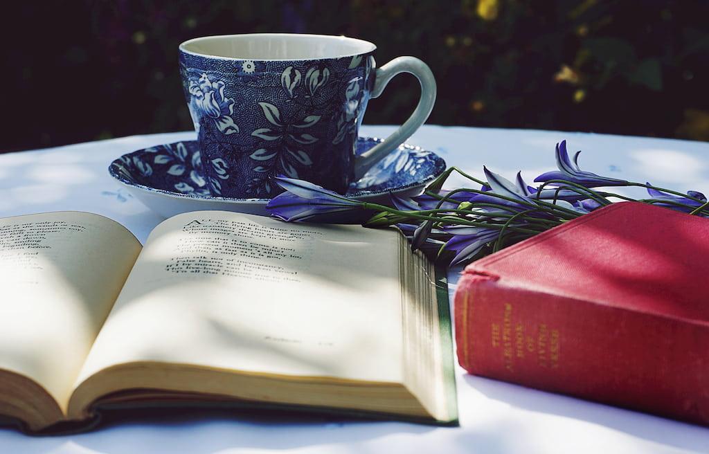 çay fincanı ve defter kitap