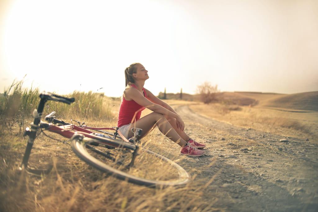 bisikletiyle yola oturan insan