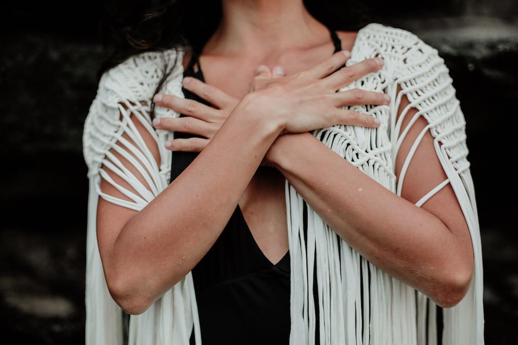 une femme se serrant dans les bras